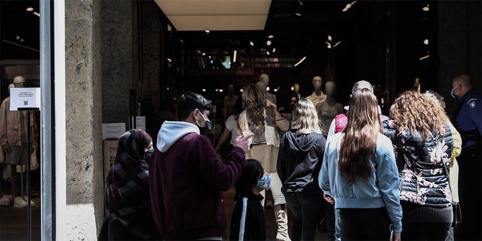 Με σύμμαχο τον καλό καιρό οι Αθηναίοι πήγαν για ψώνια