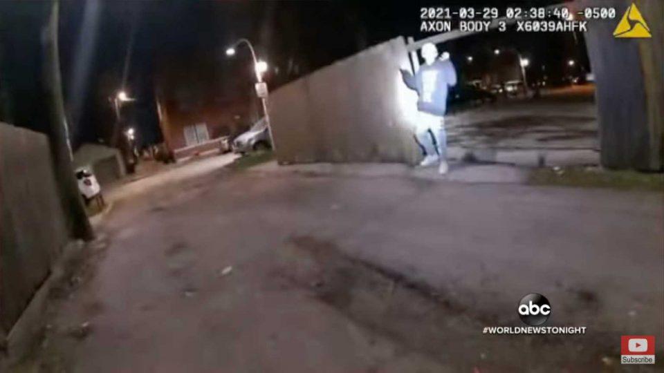 ΗΠΑ: Σοκαριστικό βίντεο δείχνει αστυνομικό να πυροβολεί 13χρονο που έχει σηκώσει τα χέρια ψηλά