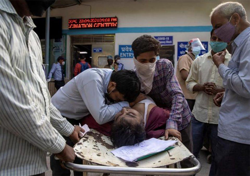 Ινδία: Τραγικό ρεκόρ 4.205 θανάτων - Πάνω από 23 εκατ. τα κρούσματα