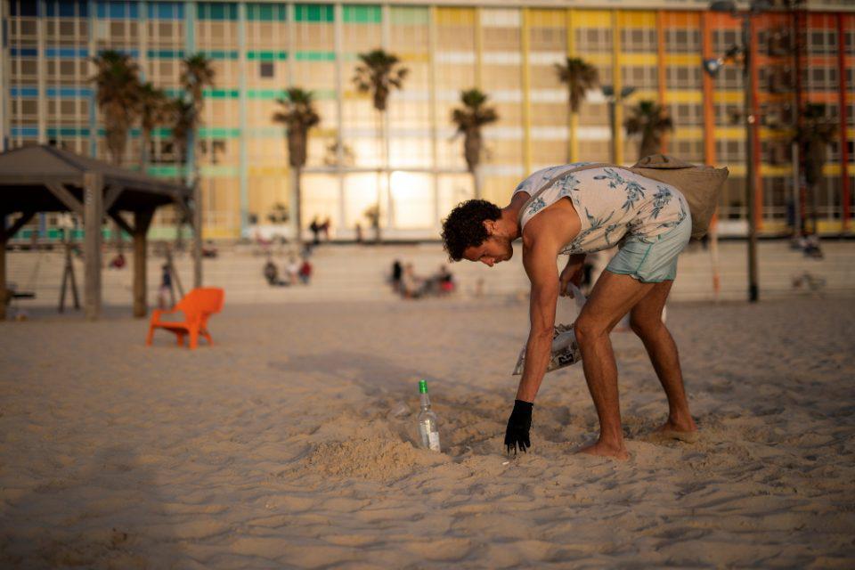 Ισραήλ: Μαζεύει από τις παραλίες αποτσίγαρα και κερδίζει χιλιάδες ευρώ