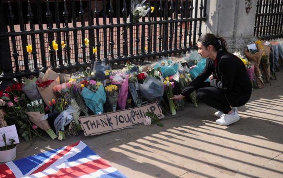 Πρίγκιπας Φίλιππος: Η Βρετανία πενθεί, λουλούδια έξω από το Μπάκιγχαμ