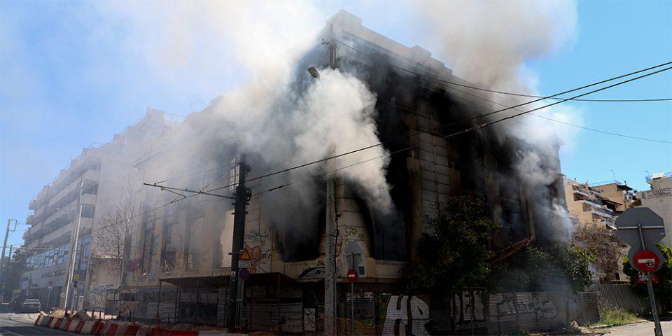 Κατεδαφίζεται σήμερα μέρος του κτηρίου που κάηκε στον Πειραιά