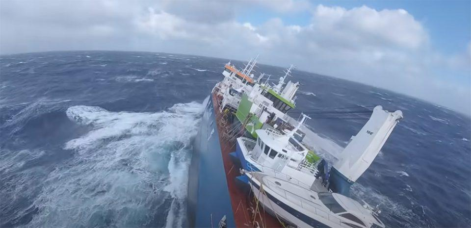 Νορβηγία: Ακυβέρνητο πλοίο κινδυνεύει να βυθιστεί - Δραματικές εικόνες