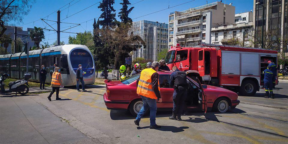 Σύγκρουση αυτοκινήτου με τραμ στον Νέο Κόσμο-Απεγκλωβίστηκε οδηγός