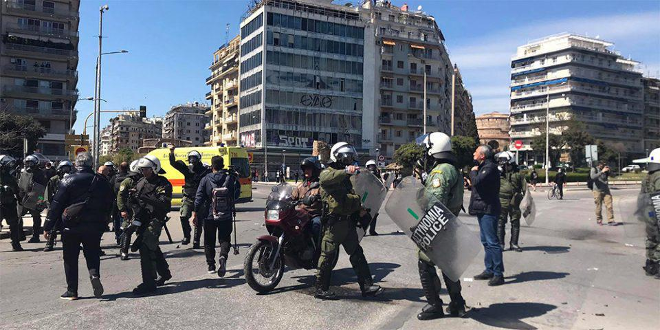 Επεισόδια στη Θεσσαλονίκη: Διαδηλωτής τυλίχθηκε στις φλόγες