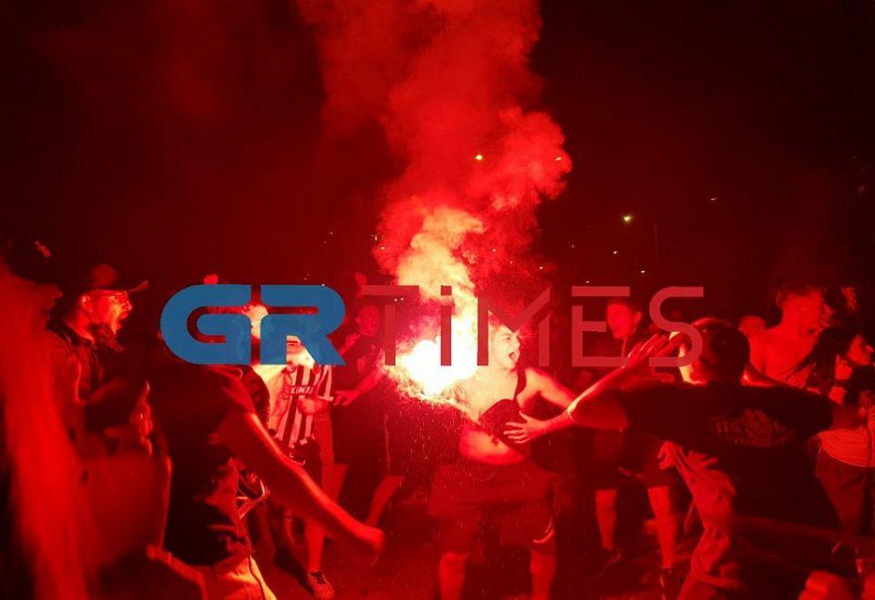 Ξέφρενοι πανηγυρισμοί από τους φιλάθλους του ΠΑΟΚ στη Θεσσαλονίκη