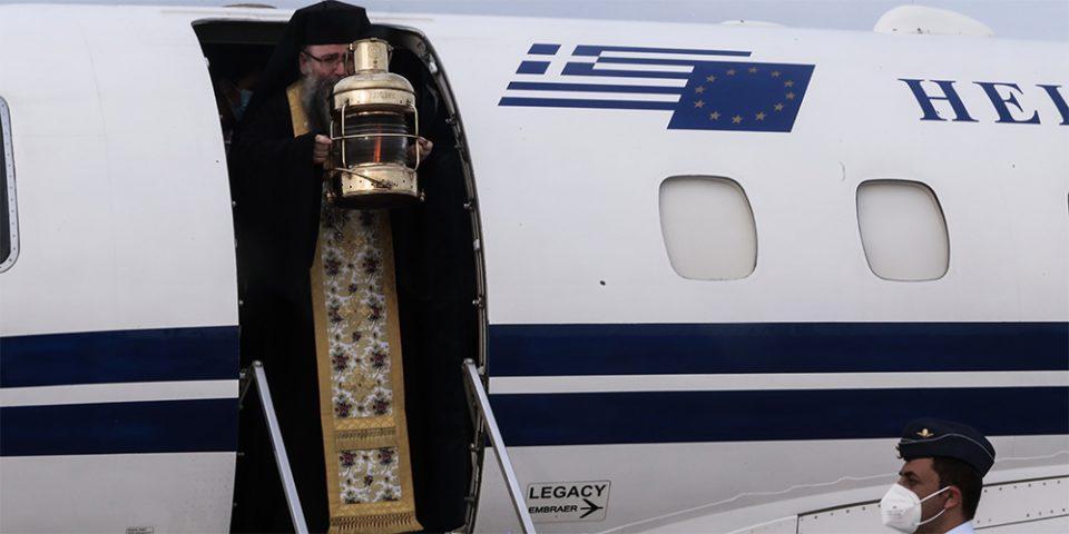 Άγιο Φως: Έφτασε στην Ελλάδα - Πώς θα μεταφερθεί στην επικράτεια