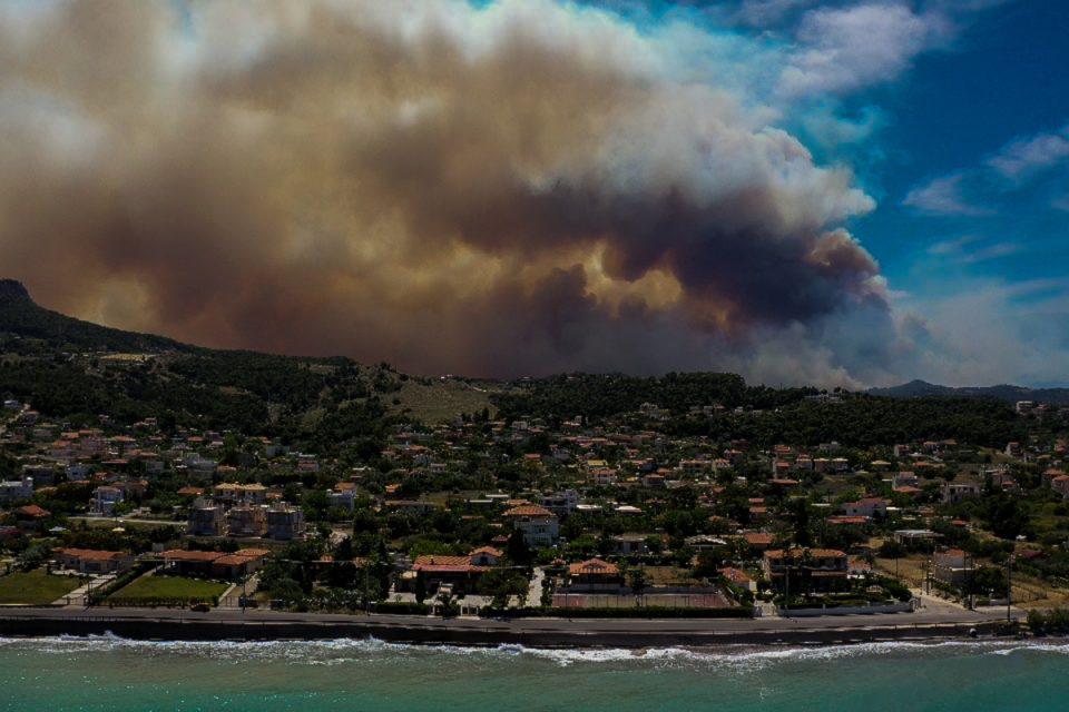 Φωτιά στον Σχίνο: Εκκενώνονται και άλλες περιοχές – Απομακρύνονται πολίτες από τους οικισμούς Αιγειρούσες και Ντουράκο