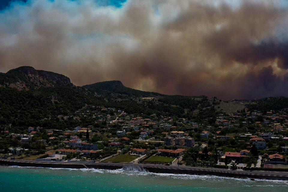 Φωτιά στον Σχίνο: Αγωνία για το Αλεποχώρι, προς Μέγαρα το πύρινο μέτωπο – Εκκενώνονται και άλλοι οικισμοί, «πνίγεται» η Αττική