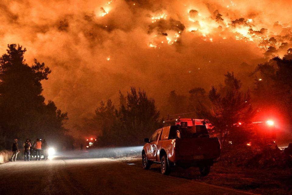 Πού βρίσκεται η φωτιά στην Κορινθία - Τι είπε ο Χαρδαλιάς για το 112 και τα στρέμματα που κάηκαν