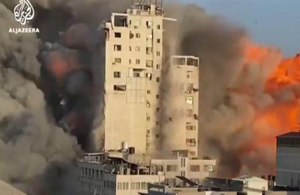 Γάζα: 14ώροφο κτίριο κατέρρευσε σαν χάρτινος πύργος μετά από βομβαρδισμό