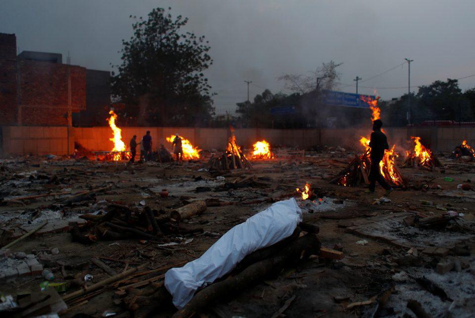 Ινδία-Κορωνοϊός: Εικόνες αποκάλυψης με εκατόμβες νεκρών και αυτοσχέδια αποφρετήρια