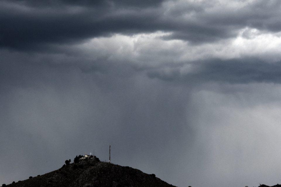 Καιρός: Βγάλτε τις ομπρέλες, ανοίγουν οι ουρανοί – Εκκίνηση της εβδομάδας με βροχές και μποφόρ