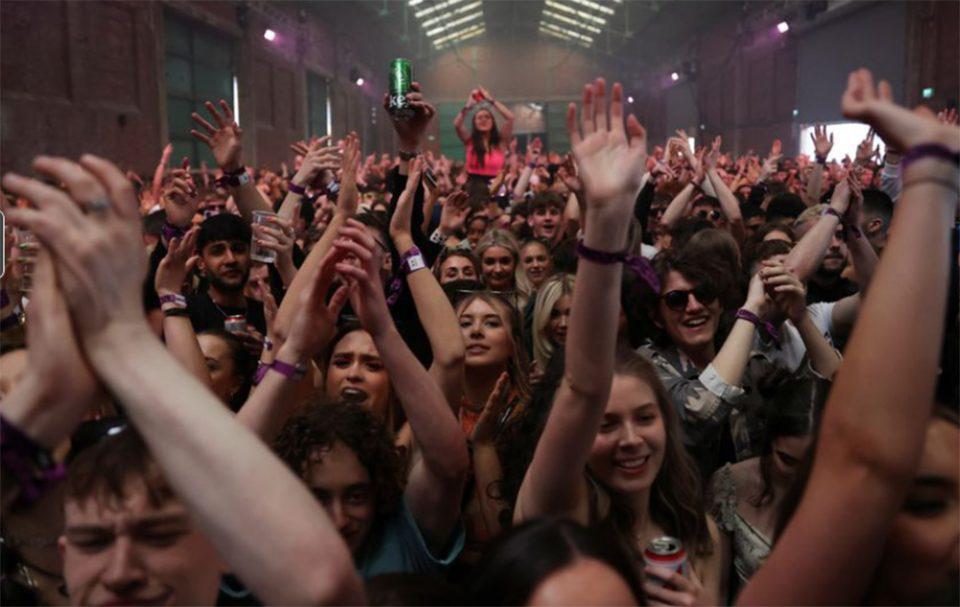 Λίβερπουλ: Ένα φεστιβάλ - πείραμα χωρίς μάσκες με 5.000 συμμετέχοντες
