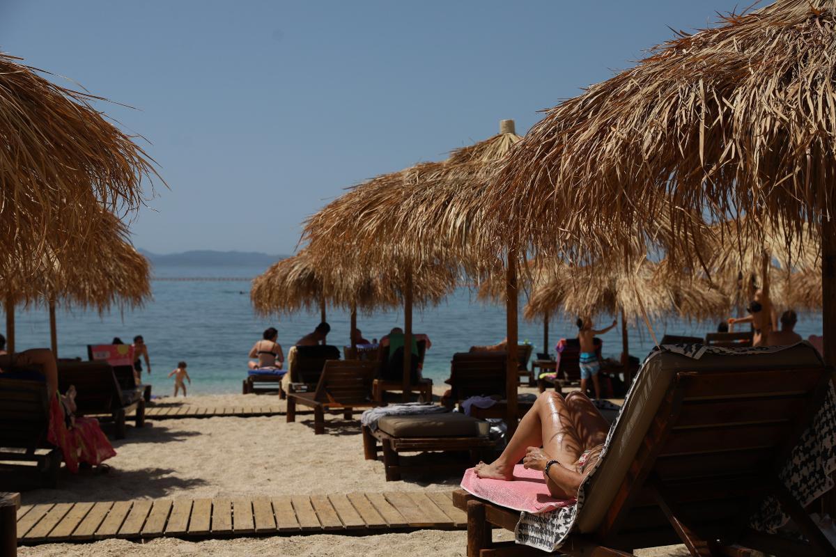 «Βούλιαξαν» οι παραλίες σε Αθήνα και Θεσσαλονίκη