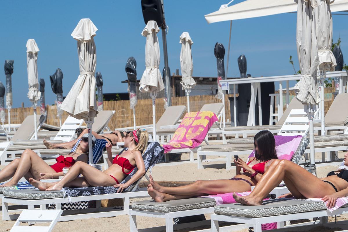 Άρση lockdown: «Βούλιαξαν» οι παραλίες