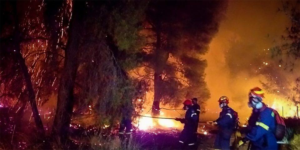 Μαίνεται η μεγάλη φωτιά στο Σχίνο Κορινθίας: Εκκενώθηκαν οικισμοί