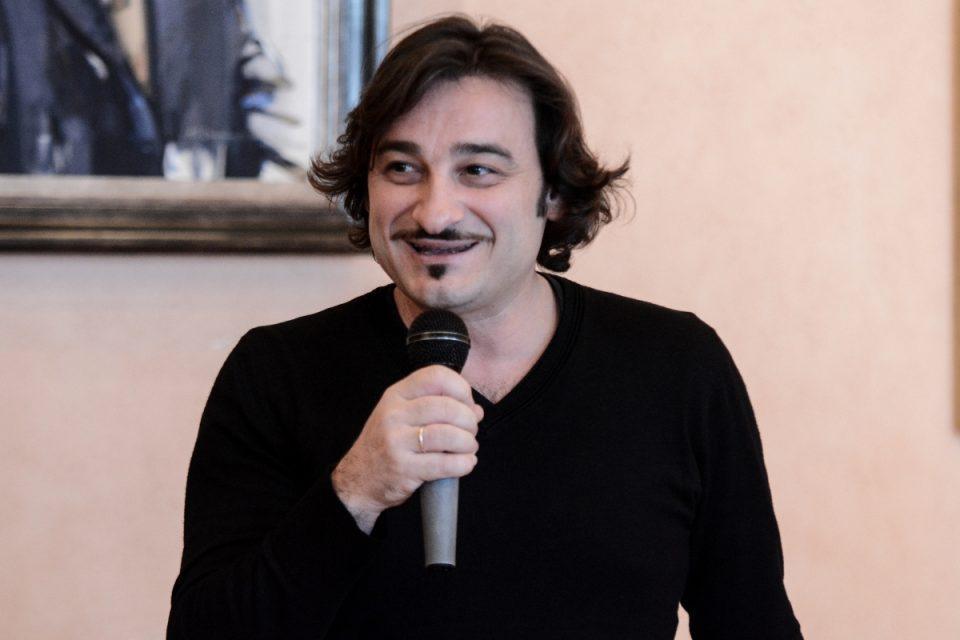 Βασίλης Χαραλαμπόπουλος: «Βούτηξε» σε κάδο σκουπιδιών για να σώσει ένα κουταβάκι που έκλαιγε [βίντεο]