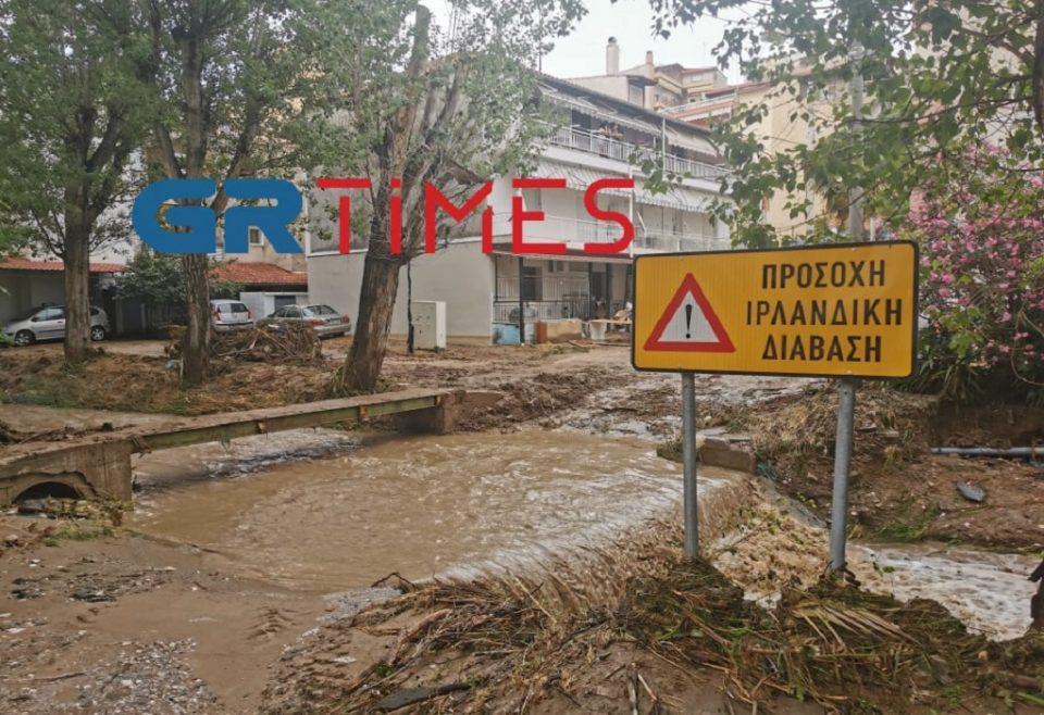 Θεσσαλονίκη: Η στιγμή που ανασύρουν τον νεκρό άνδρα από τα ορμητικά νερά