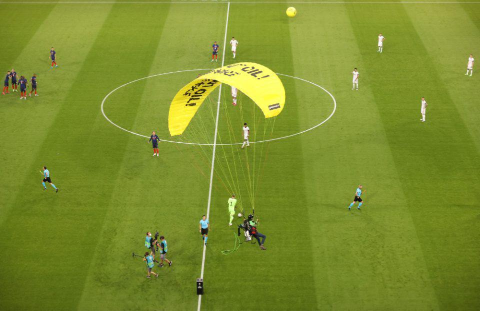 Euro 2021: Ακτιβιστής προσγειώθηκε άτσαλα στην «Allianz Arena»