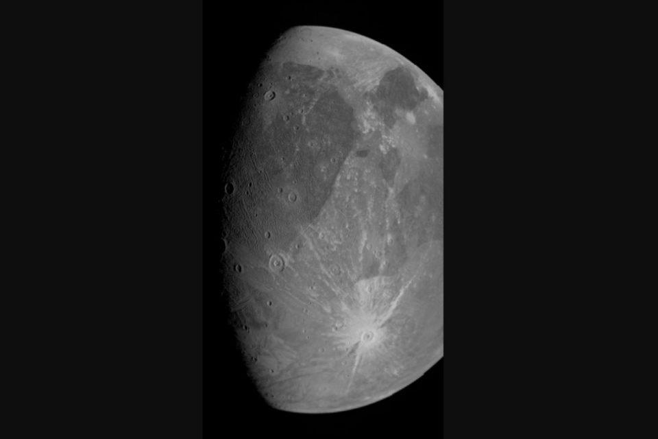 NASA: Οι πρώτες κοντινές φωτογραφίες του δορυφόρου του Δία Γανυμήδη