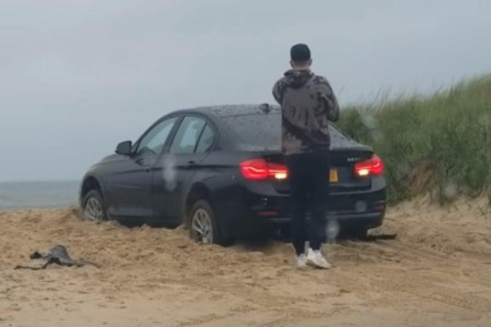 Το viral της ημέρας: Οδηγός BMW κλειδώθηκε έξω από το αυτοκίνητό του στην παραλία – Ακολούθησε επική γκάφα