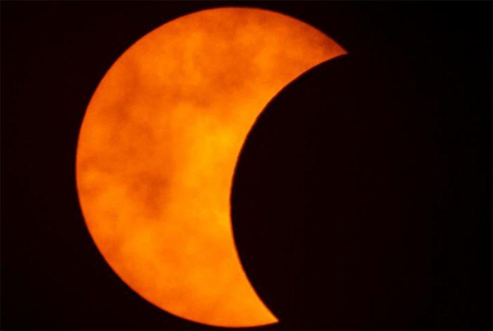Το «δαχτυλίδι της φωτιάς» - Εντυπωσιακές εικόνες από την έκλειψη Ηλίου
