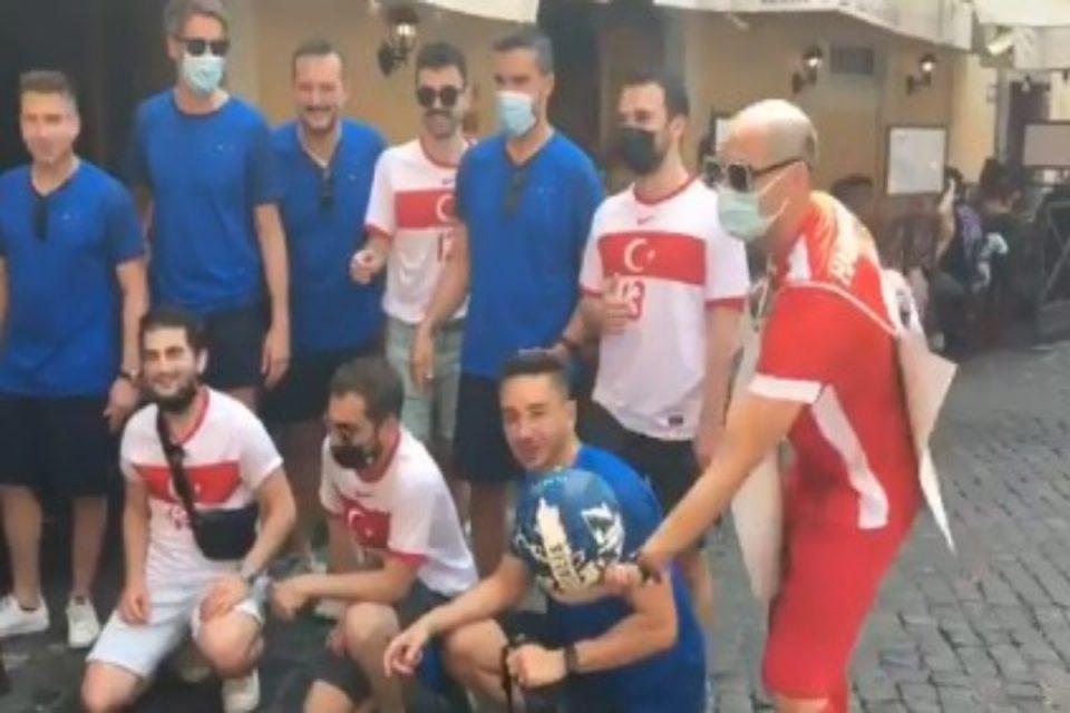 Euro 2020: Μια παρέα Τούρκοι και Ιταλοί πριν το ματς – Το βίντεο που αποδεικνύει ότι το ποδόσφαιρο ενώνει
