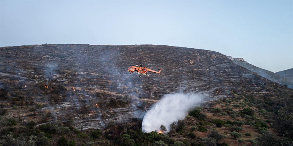 Φωτιά στην Πάρο: Μάχη με τις αναζωπυρώσεις - Μεταβαίνουν ενισχύσεις