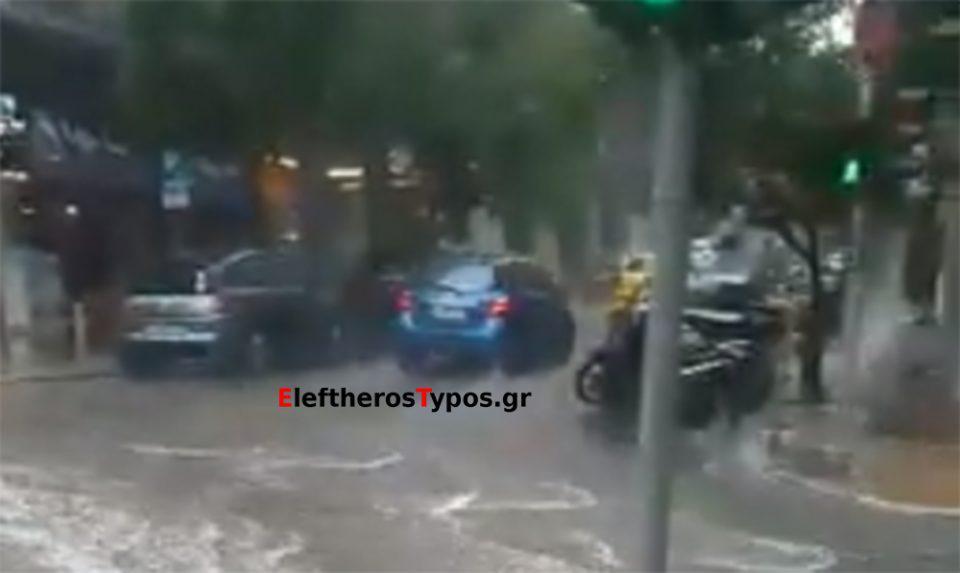 Καιρός: «Άνοιξαν» οι ουρανοί στην Αθήνα-Ποτάμια οι δρόμοι στο Κολωνάκι