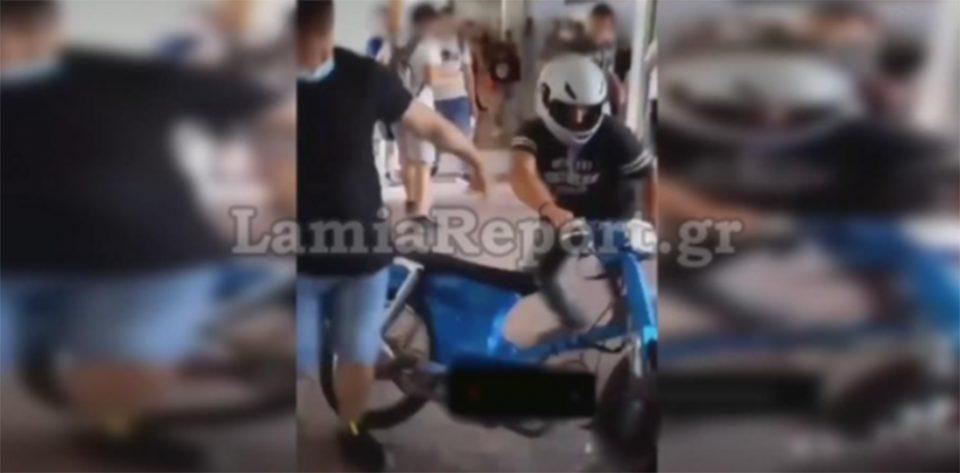 Λαμία: Μπούκαρε με μηχανάκι στο σχολείο και προκάλεσε πανικό [βίντεο]