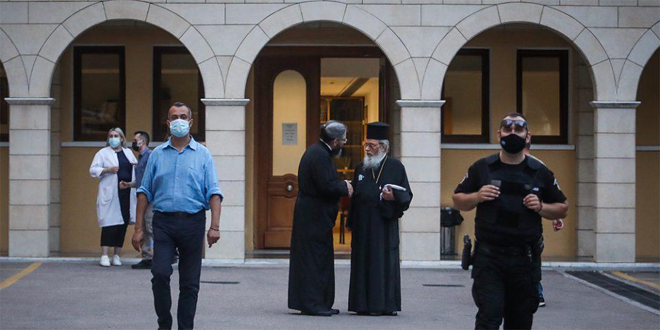 Επίθεση με βιτριόλι στη Μονή Πετράκη: «Μπουμπούκι» και στα νιάτα του ο ιερέας – Δείτε φωτογραφία