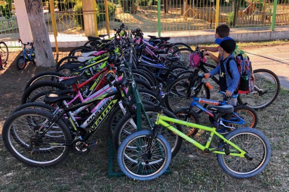 Χαλκιδική: Μικροί και μεγαλύτεροι μαθητές φτάνουν με… ορθοπεταλιές στις τάξεις – Γνωρίστε το σχολείο της Ολύνθου