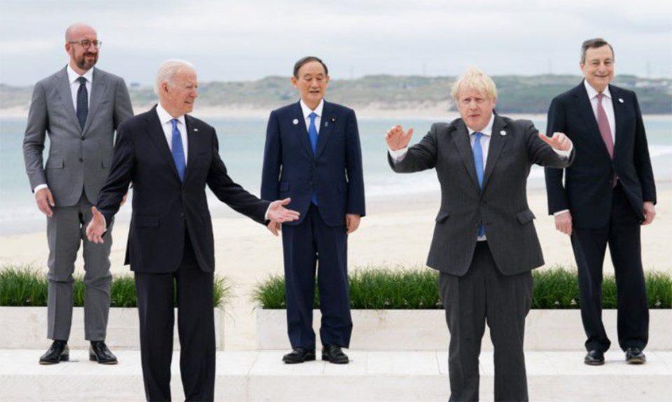 G7: Εκνευρισμένος ο Μπόρις Τζόνσον με τις… οικογενειακές φωτογραφίες