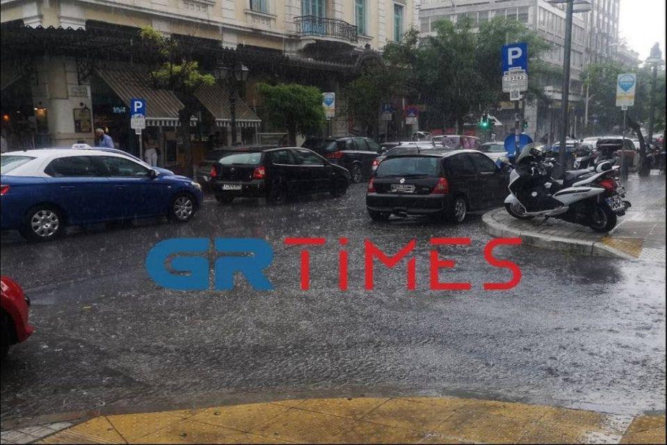 Κακοκαιρία: «Άνοιξαν οι ουρανοί» στη Θεσσαλονίκη – Αστραπές και καταρρακτώδης βροχή