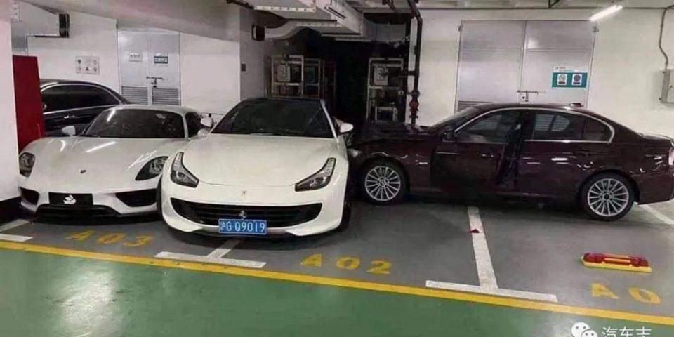 Απίστευτο: Τσακώθηκε με τον άντρας της και «κάρφωσε» την BMW της πάνω σε μία Ferrari μία Porsche