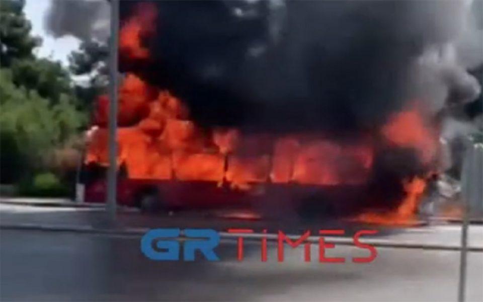 Θεσσαλονίκη: Στις φλόγες λεωφορείο του ΚΤΕΛ – Συγκλονιστικές εικόνες