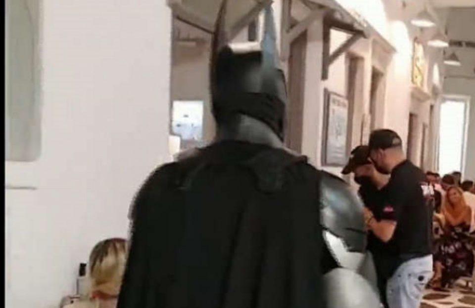 Μύκονος: Ο Batman κάνει περιπολίες για την εφαρμογή των μέτρων