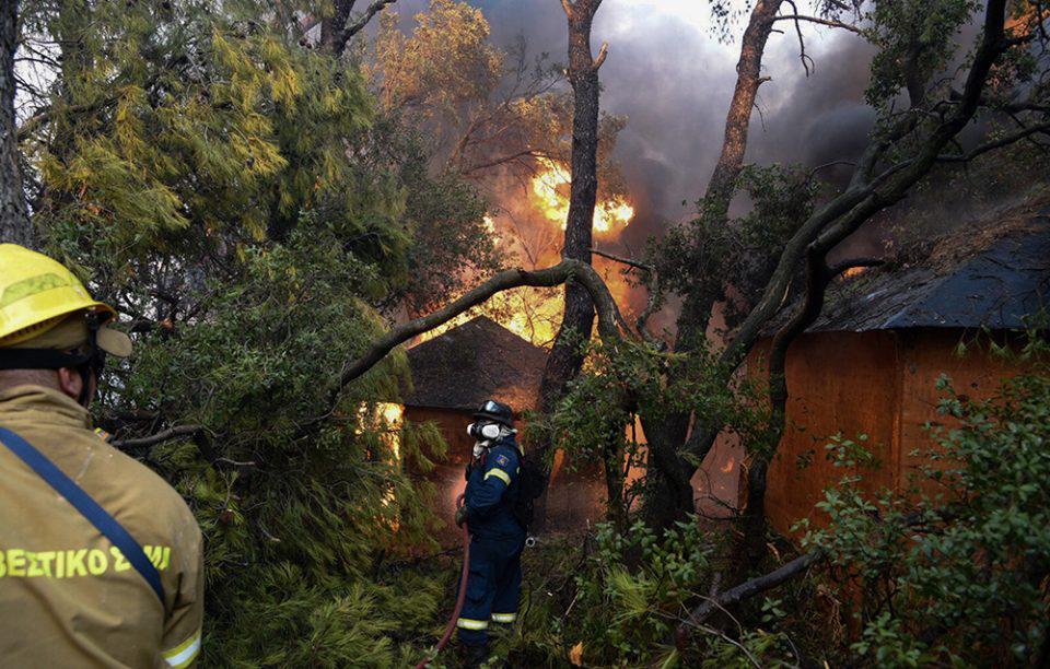 Φωτιά στην Αχαΐα: Ολονύχτια μάχη με τις φλόγες - Πέντε οι τραυματίες