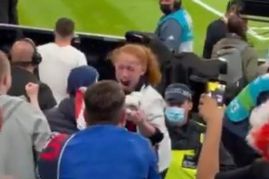 Euro 2020: Ο Μάουντ της έδωσε τη φανέλα του και το κοριτσάκι… τρελάθηκε από τη χαρά του [βίντεο]
