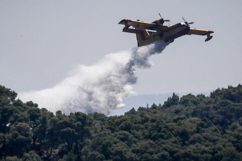 Σε κατάσταση συναγερμού η Ρόδος - Έκκληση Χαρδαλιά για φωτιές σε 12 περιοχές