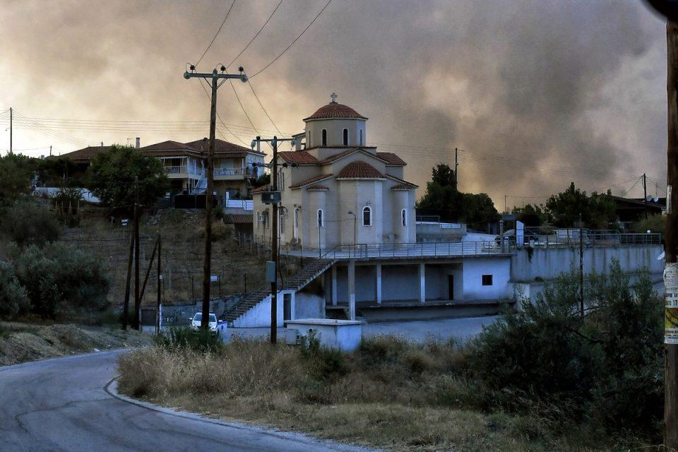 Φωτιά στην Κορινθία: Σε καλύτερη κατάσταση το πύρινο μέτωπο – Κινδύνεψε οικισμός