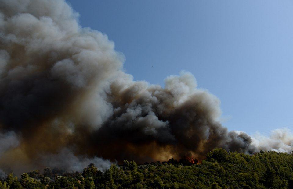 Μαίνεται η φωτιά στην Αχαΐα - Χρυσοχοΐδης: «Δύσκολο να ελεγχθεί»