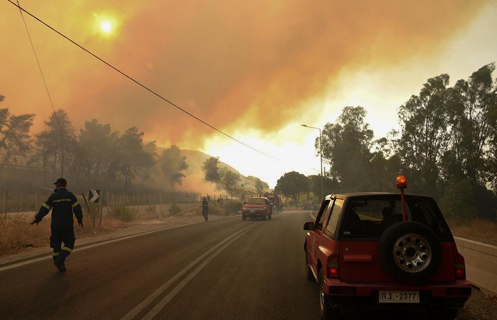 Μεγάλη φωτιά στην Αχαΐα: Πού έχει διακοπεί η κυκλοφορία