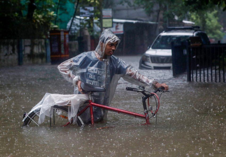Ινδία: Τουλάχιστον 112 νεκροί από τις πλημμύρες και κατολισθήσεις