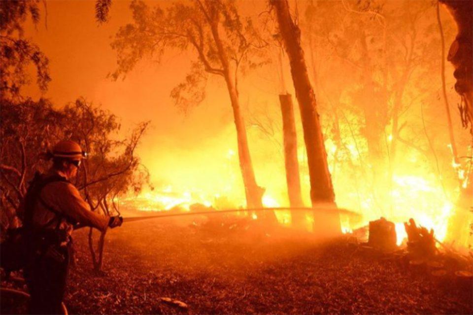 Πύρινος εφιάλτης στην Καλιφόρνια: Ανεξέλεγκτη η πυρκαγιά Ντίξ