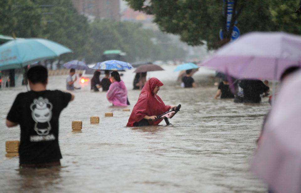 Πλημμύρες στην Κίνα: Έπεσε σε τρις μέρες όση βροχή πέφτει σε ένα χρόνο