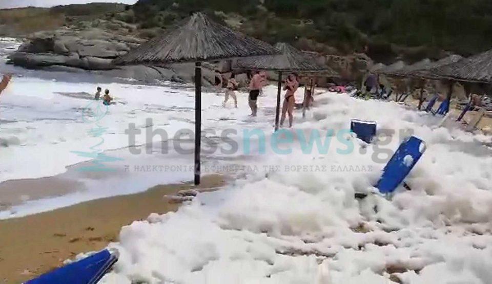 Χαλκιδική: «Άφρισε» παραλία στη Σιθωνία – Η εξήγηση πίσω από το φαινόμενο