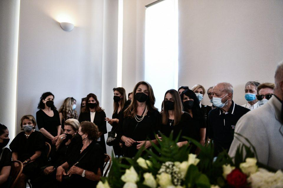 Τόλης Βοσκόπουλος: Ήταν όλοι εκεί – Αποχαιρέτησαν τον «πρίγκιπα» με τα τραγούδια του, συντετριμμένες η σύζυγος και η κόρη του