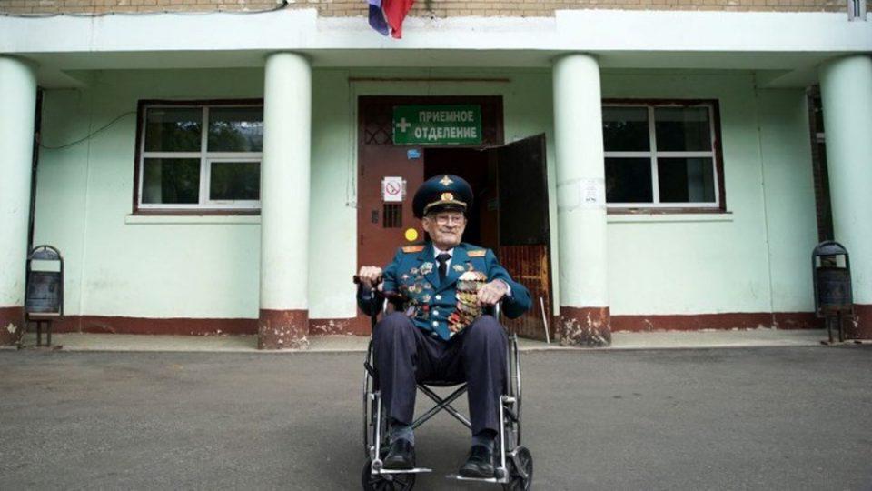 Ρωσία: Βετεράνος 102 ετών νίκησε την Covid-19 - «Ξαναγεννήθηκα»